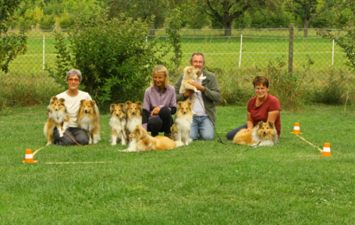 September 2021: Obedience training with Uwe Wehner. Group photo with Fiamma and her children Camillo, Giano, Concetta and Emilio, her grandchildren Siena and Nino as well as her second cousin Peppita.